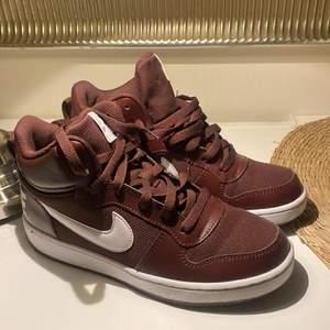 Säljer dessa Nike skor i 38,5, använda en gång. Har köpt ett par nya likadana då dessa var förstora 👞