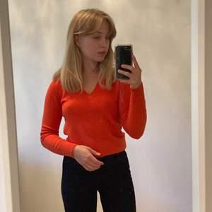 Så skön orange tröja från Benetton. Varm, men inte särskilt tjock, så passar utmärkt under en jacka! Möts upp i Malmö eller fraktar🧡