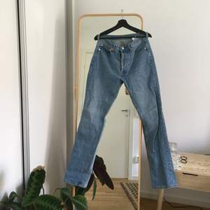 """Unisex jeans från Örjan Anderson (grundare av Weekday och Cheap Monday). Knappt använda jeans i vanlig """"rak"""" modell med 5 fickor och knäppning i gylfen, modell 105. Midja 29 och längd 34, de är ganska ostretchiga så de håller formen. Köparen står för frakt"""