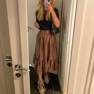 Jättefin kjol från NAKD, aldrig använd i nyskick. Säljer pågrund av flytt. I storlek 32 och ganska tajt i midjan:) säljer endast vid bra bud💖