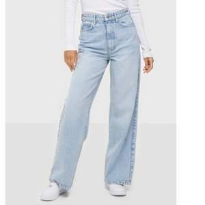 Säljer dessa snygga Idun wide jeans ifrån Ginatricot, nypris 599 kr!! Säljer då de tyvärr var förstora för mig, Storlek 34 men passar även 36!! Skriv privat för fler bilder💓