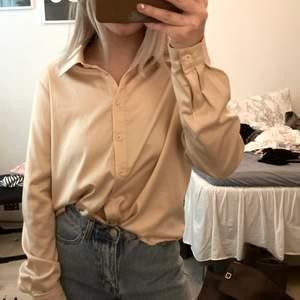 Oversized, Beigh siden skjorta, aldrig använd (pris + frakt)