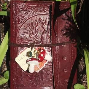 Hemgjord örhängen från min Etsy butik : FlorendaeShop ! Man känner sig som en svamp fee med de 🍄🌿