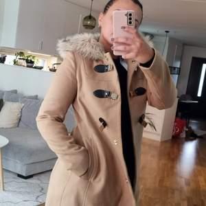 En fin kappa som jag har använt bara 1 gång, Säljer den pga har många kappor.