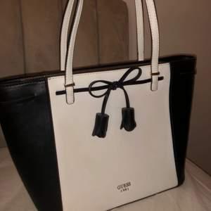 Funderar på o sälja min Guess väska, äkta, knappt använd, super fin! Skriv i DM om du är intresserad
