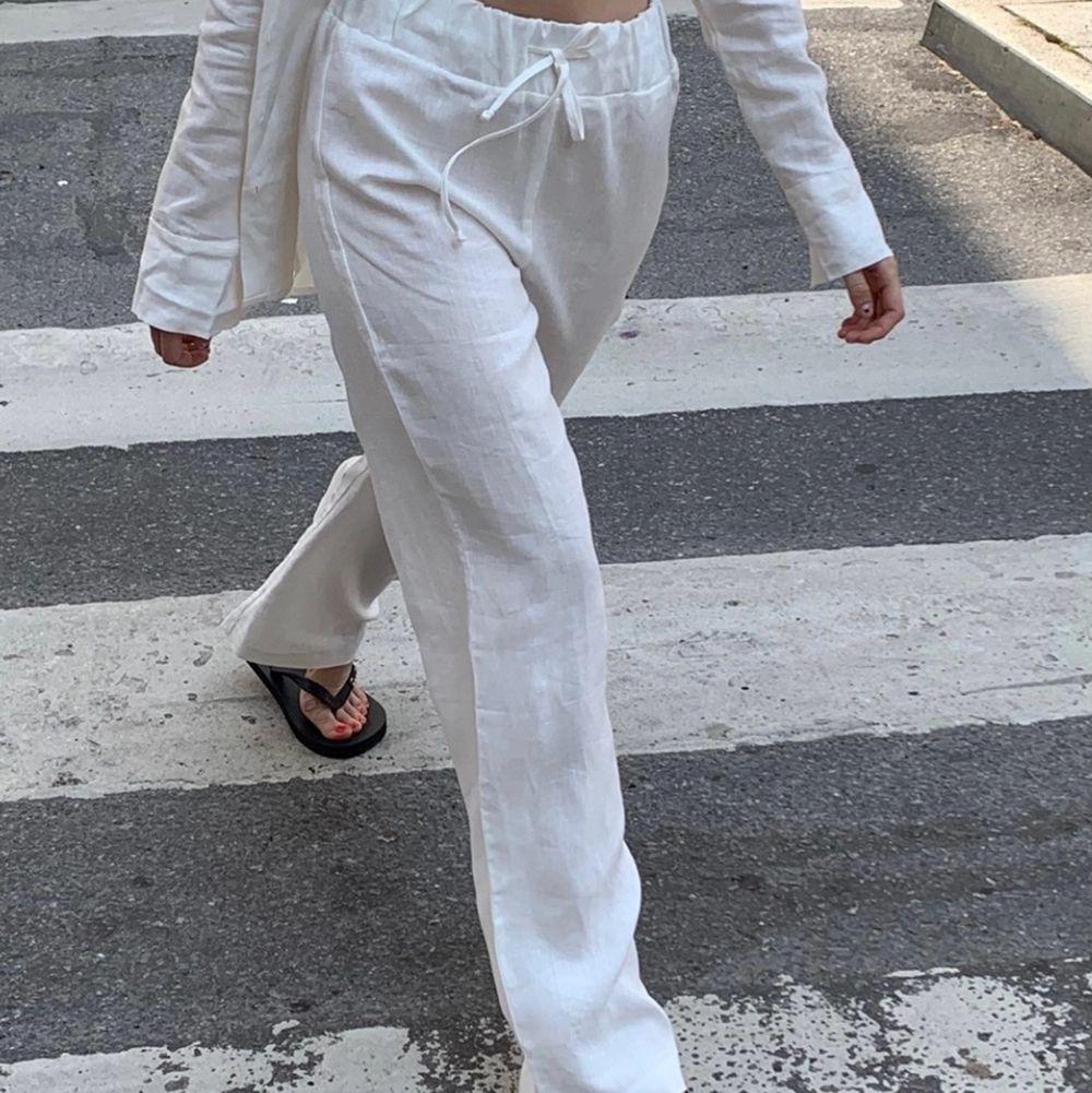 Super duper fina linnebyxor från a-dsgn i storlek xs och färgen vit 😩🙏🏼 tyvärr har de bara kommit till användning en gång så det är i ett extremt fint skick😋 det är budgivning så buda eller skriv till mig🙏🏼 frakten är även 66kr, säljer inte om budet kommer upp i 500kr💕🤘🏼. Jeans & Byxor.