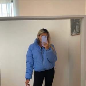 Blå puffetjacka! Vill du följa trenden i vinter? Då är denna jacka nått för dig! Skön, snygg, så fin i färgen & håller värmen 💙  Använd få tal gånger, ny skick! Lägger ut på nytt pga oseriös köpare 😒