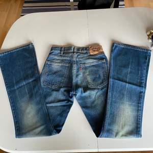 Min mammas Levis jeans från 90talet, dessa är alldeles för små för mig (W26L32) ifall du är osäker på storleken så kan du kolla på storleksguiden på levis hemsida❣️Skulle uppskatta att storleken är S. Levis jeans har extremt bra kvalite och blir bara snyggare och snyggare med åren😊 Levis 646 säljs inte längre så de är verkligen vintage. Bootcut!