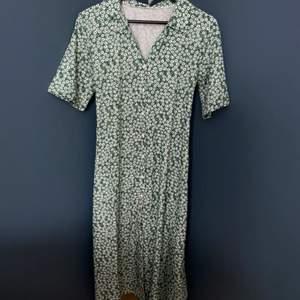 Supersöt midi-klänning! 💚 på mig som är 162 räcker den till mina vader ungefär (bild 3) Den har en krage runt halsen, och man kan knyta bandet både fram och i ryggen.