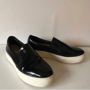 Fina lackade sneakers från Dasia. Storlek 37, använda väldigt lite. 200kr