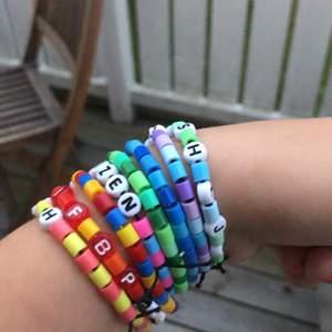 Gör dessa typer av armband med både mindre pärlor och dessa stora pärlor du kan se på bilden, de mindre pärlorna är den typen av pärlor som är på de svarta armbandet på bild två fast mindre. Frakt tillkommer på 12 kr💕 Du får välja färger+vilken ordning och bokstäver (max 10 st!! kanske kan göra undantag ibland), skriv till mig privat så får du se färgerna lite tydligare och välja dina bokstäver (kan dock inte garantera att alla finns , t.ex vanliga bokstäver som A och E men då löser jag det så fort jag kan!!).
