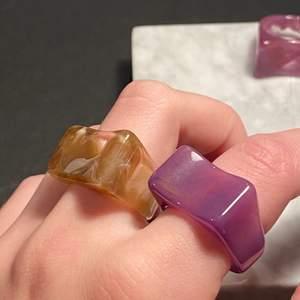 (re-upload) säljer dessa fina chunky ringarna! brun och lila/rosa färg 💛 pris 26kr, 2 för 45 😇