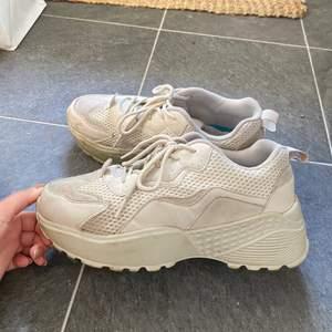 Sneakers med hög sula. Beige i storlek 38. Använd väldigt fåtal gånger så skicket är mycket fint! Inköpta från NAKD, väldigt snygga och bekväma skor! 💛🧡