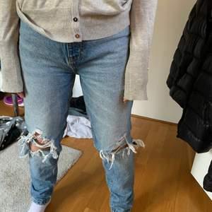 As snygga zara jeans med snygga hål! Start bud: 150kr💝