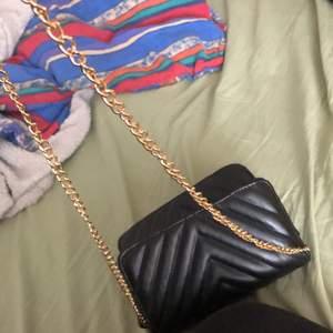 Säljer min väska jag hade på min student förra året.. använd bara då. Sen har den bara legat å inte blivit till användning därför säljer jag nu denna fina väska med guldkedja. Ganska rätt så kort kedja