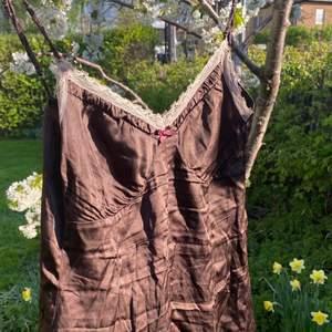 Supersöt satin klänning ifrån odd Molly i brunt. Söta detaljer som spets och rosetter❤️ i storlek 2 vilket motsvarar XS-S. Obs inte strykt på bilderna!