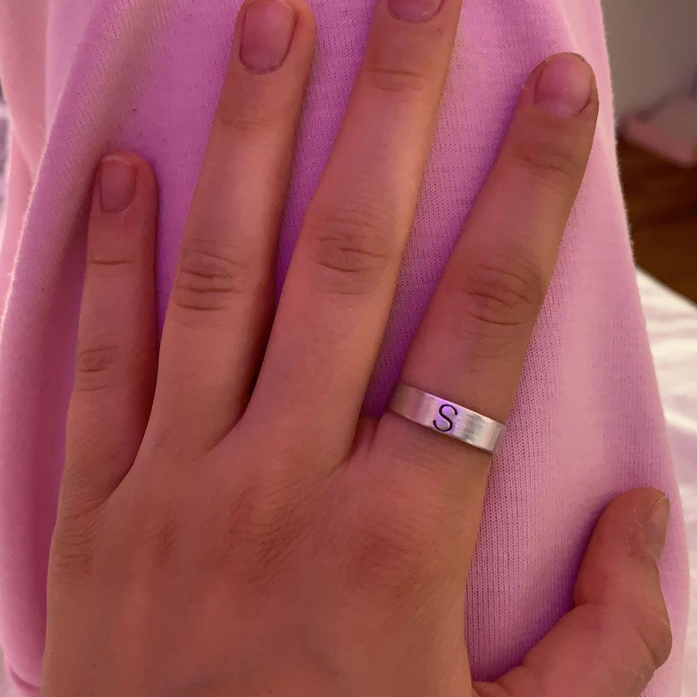 Säljer så fina ringar som jag gör själv! Går att stansa in alla bolstäver förutom Å Ä & Ö💕 kontakta mig för hur du mäter ditt ringmått💕 . Accessoarer.