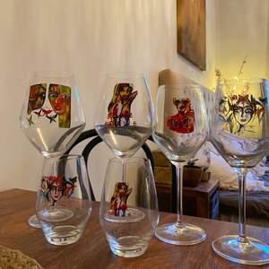 Inga av glasen har tecken på defekter förutom det ena vitvinsglaset där motivet har bleknat lite (vilket jag personligen bara tycker är snyggt).   Rödvinsglas 75cl (De två större till vänster) = 180kr/styck | Nypris: 299kr  Vitvinsglas 40cl (De två mindre till höger) = 180kr (den blekta för 140kr) | Nypris: 299kr/styck  Vattenglas = 150kr/styck | Nypris: 249kr/styck  Paketpris: Allt för 900kr (Nypris för allt: 1694kr)  Finns att hämta i Vasastan 😊.