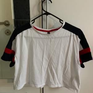 En cropped  T-shirt från H&M som inte längre får användning. Har använt den några fåtal gånger, skriv vid intresse!💕