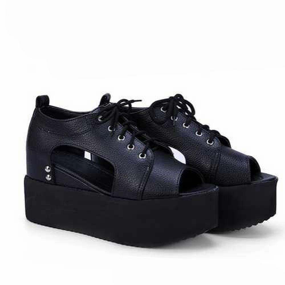 Platå sandaler. Uppskattas till storlek 37. Mäter ca 23,5 cm på insidan.  Frakt tillkommer (möts inte upp).. Skor.