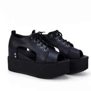 Platå sandaler. Uppskattas till storlek 37. Mäter ca 23,5 cm på insidan.  Frakt tillkommer (möts inte upp).