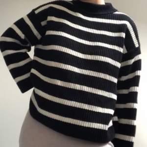 Säljer denna mysiga stickade tröjan från hm. Denna är helt slutsåld och populär. Säljer den då jag har för mycket tröjor! Fint skick!
