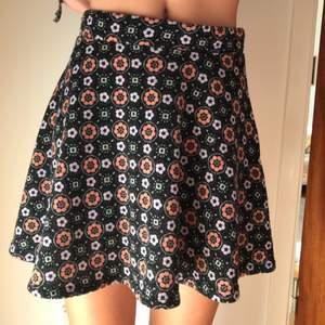 Svart, blommig kjol i storlek XS  Betalning sker via swish  Köparen står för frakt