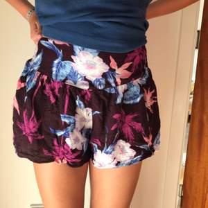 Superfina bekväma blommiga shorts i fint skick  Storlek XXS men skulle nog passa en till två storlekar större då den har en resår i midjan. (Bild 2)  Betalning sker via swish  Köparen står för frakt