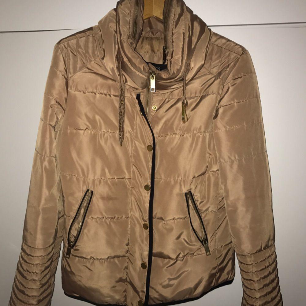 Säljer min vår/höst/vinter jacka pga användes ej Jackans är i storlek 38 vilket motsvarar storlek M men passar även S Jackan är helt oanvänd  Frakt tillkommer . Jackor.
