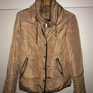 Säljer min vår/höst/vinter jacka pga användes ej Jackans är i storlek 38 vilket motsvarar storlek M men passar även S Jackan är helt oanvänd  Frakt tillkommer
