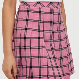 Säljer denna trendiga kjol från hm, knappt använd! Storlek 36