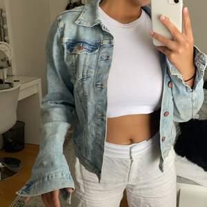 Säljer min fina jeans jacka som jag haft några år och som nu blvit för liten på mig. Sparsamt använd och fint skick. Perfekta passformen och färgen verkligen!