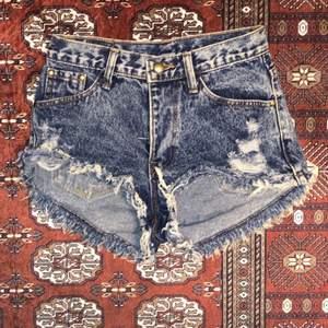 Ett par blå shorts i storlek XS... ⚡️  Kolla gärna in resten i min profil 🌎 Pris går att diskuteras!  Köpare står för frakt  📦 (66kr) totalt- 106kr