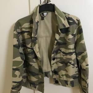 Säljer en ny kamouflage jacka pga ingen användning. Jackan är lite oversize på mig och den är en kortare modell.