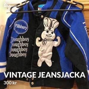Vintage jeansjacka med tryck på både framsidan och baksidan. Storlek S-M.