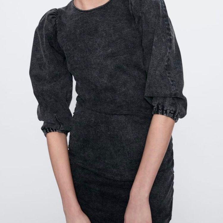 Stl L, Astuff klänning i gråmelerad mjuk denim. Små puffärmar. Passar den som är mer åt M än L. Frakt tillkommer, el så hämtas den/möts upp. Köpt för 599:-, aldrig använd.. Klänningar.