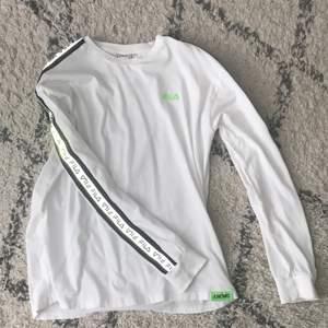 Säljet min långärmade fila t shirt då den aldrig kommer till användning , den är i size M och är köpt på junkyard. Den har reflexer på armarna 🖖🏿🖖🏿