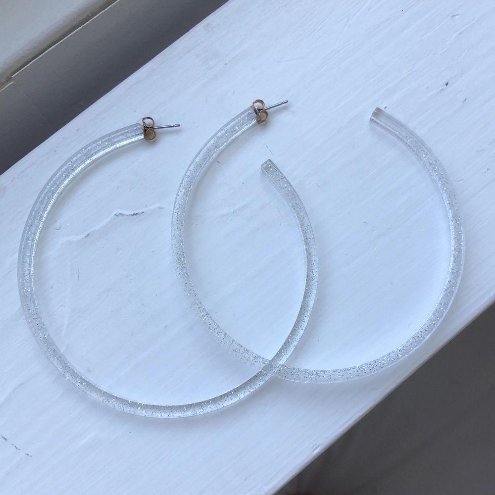 Glittriga örhängen/hoops köpta i Tokyo. Aldrig använda. Priset är inkl frakt.. Accessoarer.