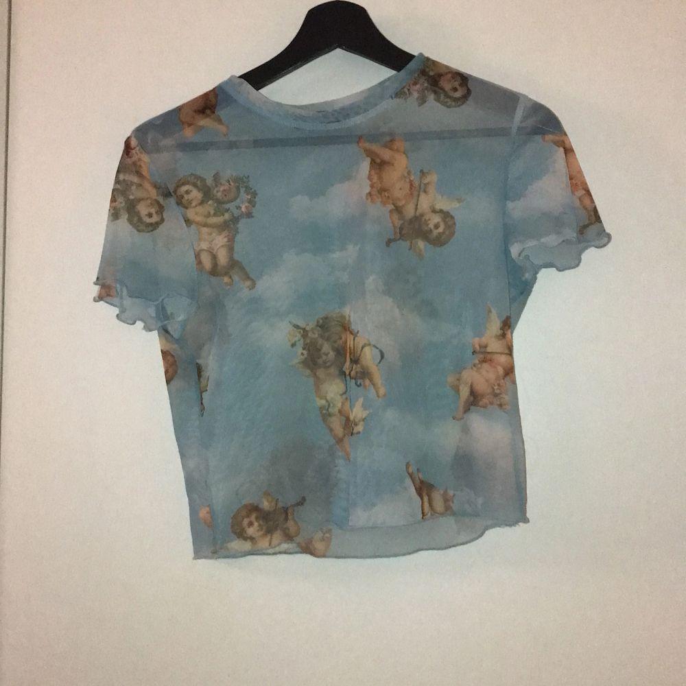 Denna populära tröja från Berghka i mesh material! Tröjan är endast använd 1 gång då jag inte gillade hur den såg ut på mig! Passformen är tajt men är menad att vara så! Köpare står för frakt✨✨. Blusar.