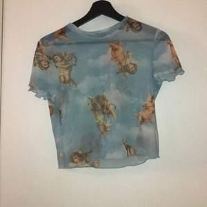 Denna populära tröja från Berghka i mesh material! Tröjan är endast använd 1 gång då jag inte gillade hur den såg ut på mig! Passformen är tajt men är menad att vara så! Köpare står för frakt✨✨