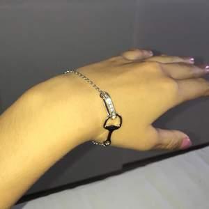 Armband från Gina Tricot som aldrig har kommit till användning. Skriv om du har någon fråga💜