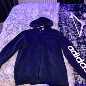Adidas hoodie med text på armen stl-176 men sitter som M