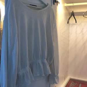 Mysig oversized blus från Zara i storlek L. Passar bra till nästintill allting!