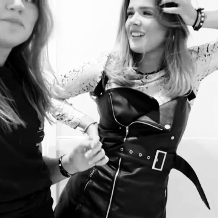 Läderklänning i läderimmitation från VANGULL❤Bild 1 o 3 är lånade från Frida Tordhags Londonvlogg(för stylingtips)där hon bär en liknande klänning från VergeGirl. Går att styla på så många sätt! Nyskick då den ej kommit till användning! Frakt tillkommer på: 50kr(jag står för resten då vi delar på frakten❣).. Klänningar.
