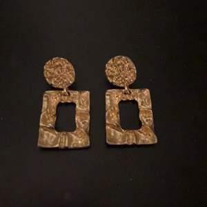 Guldiga örhängen från H&M, använd få gånger och noggrant tvättade.