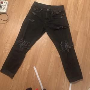 Svarta slitna jeans i mycket gott skick som sitter otroligt bekvämt!