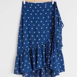 Superfin kjol från &stories! Jättebra skick! Strl 34. Skriv om du vill ha fler bilder!