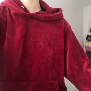Röd sammetshoodie från Carlings i storlek S 🥰 knappt använd , gratis frakt !