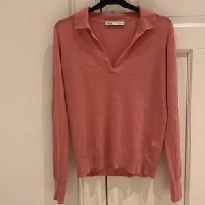 Trendig tröja, perfekt till sena sommarkvällar, tveka inte att höra av dig vid frågor☺️☺️ frakt tillkommer💕 (kolla gärna in mina andra annonser)