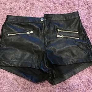 Fake läder shorts. Använda fåtal gånger så väldigt bra skick. Priset är diskuterbart vid enkel affär!